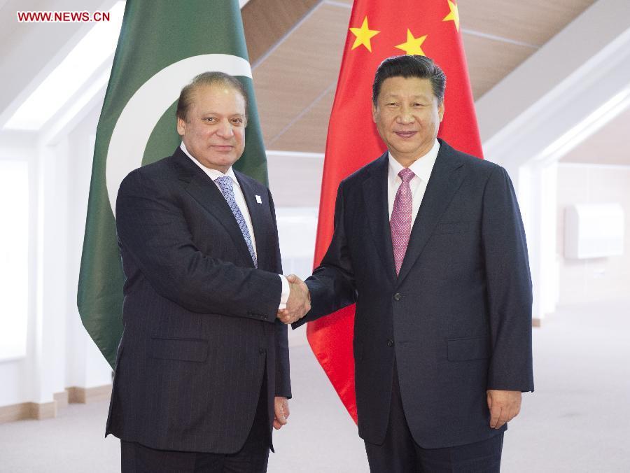 Chinese President Xi Jinping (R) shakes hands with Pakistani Prime Minister Nawaz Sharif in Ufa, Russia, July 10, 2015. (Xinhua/Xie Huanchi)