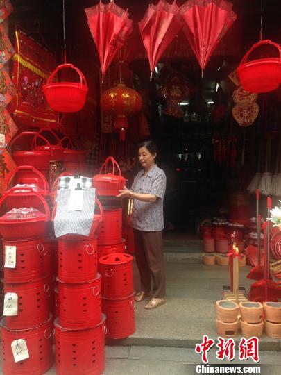 王桂英坚守着百年灯火老店。