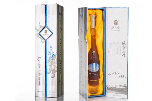 银色渐蓝双开礼盒包装,精致简约;酒盒内有与酒瓶等大的固定槽,防止酒瓶在酒盒中晃动发生碎裂