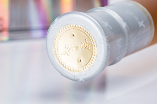 瓶塞外层有金色LOGO封印,双面精细亮银压印,顶部有透气孔使荔枝冰酒能够流畅呼吸,保持冰酒的醇香风味