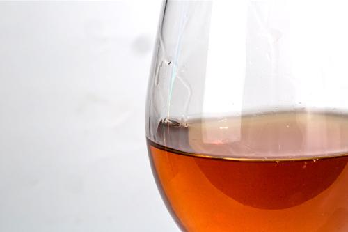 口感甜蜜舒顺、甘爽怡人,甜蜜荔枝果香萦绕唇齿之间,给人愉悦的快感,饮后酒杯杯壁上会有挂杯现象