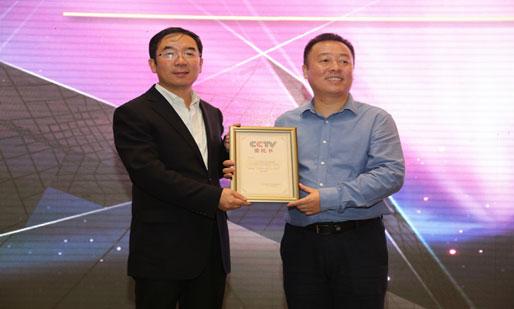 何海明主任向CCTV-8广告江苏区域独家代理公司三人行副总裁党青山授牌