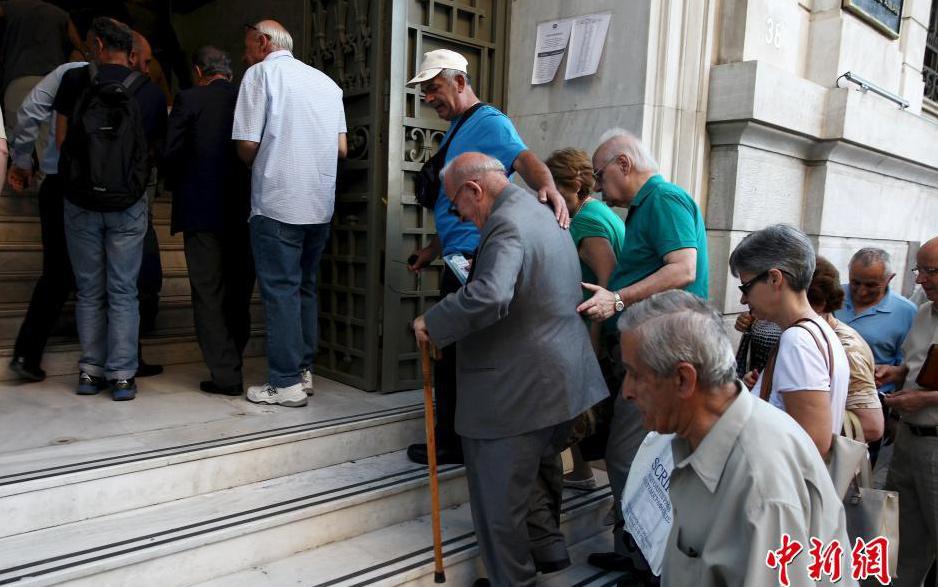 Банки Греции возобновили работу после трехнедельного перерыва