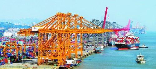 创造国际一流营商好环境、构筑区域转型升级新高地。图为繁忙的海沧港区。(周赞家 摄)