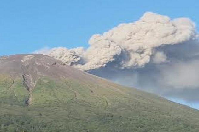 在经历了几周的剧烈震荡后,东爪哇的拉翁火山22日喷出高达2000米高的火山灰,此外,北马鲁谷的特尔那特岛上的伽马拉马火山、北马鲁谷的杜克诺火山、北苏门答腊的锡纳朋火山、北苏拉威西的卡兰格塘火山也都同时喷发。印尼交通部新闻发言人说,22日巴厘岛机场再次被迫关闭了6个小时,导致37个航班取消。(央视记者 贾建京 窦筠韵)