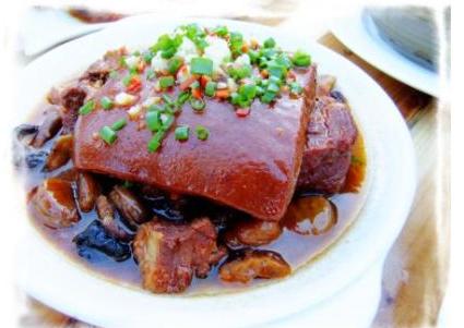 吃一道正宗的同安封肉要等八个小时,这是同安封肉传统做法所需时间。