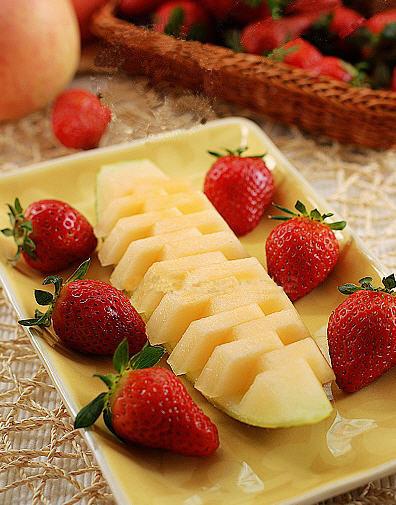 将哈密瓜的籽与瓤去掉,用刀横向将瓜皮与果肉分离,头尾各留一小段不切