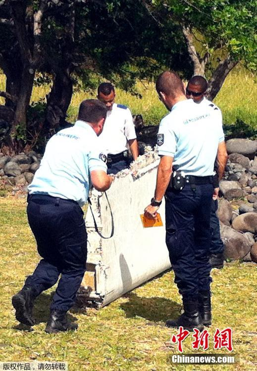 Найденный возле Реюньона фрагмент крыла самолета отправили во Францию на экспертизу