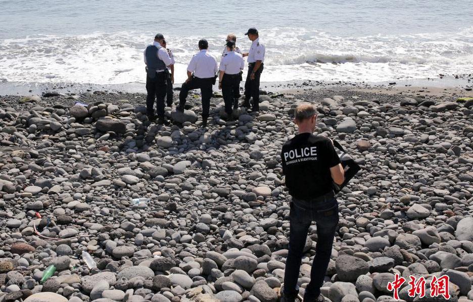 Уборщик пляжа: обломки самолета выбросило на остров Реюньон еще три месяца назад