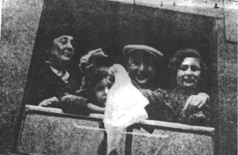 Прощай, Берлин! 1939 год, вся семя Розенфельдов отправляется в Шанхай из Германии.
