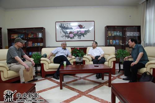 北京新四军研究会会长陈昊苏(左二)与高峰副台长(左三)交流
