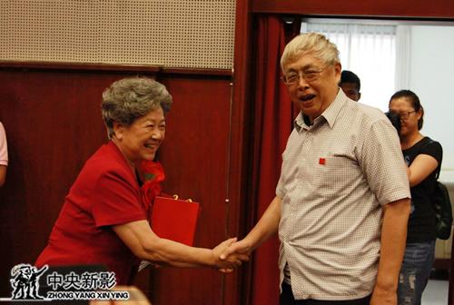陈昊苏会长向陶玉玲献上特别制作的徽章