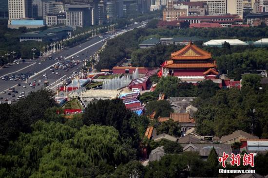 天安门城楼下搭建的临时阅兵观礼台目前已基本完工。中新网记者 金硕 摄