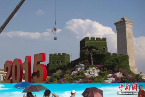 8月20日,为迎接中国人民抗日战争暨世界反法西斯战争胜利70周年纪念大会,天安门广场及其周边的一些区域被围栏挡住,紧张施工。 中新社发 刘关关 摄