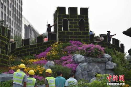长安街沿线搭起的长城主体花坛也已经基本完工。中新网记者 金硕 摄