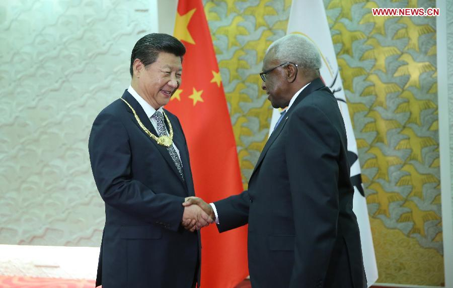 Chinese President Xi Jinping(L) receives the IAAF Golden Order of Merit from IAAF President Lamine Diack, in Beijing, capital of China, Aug. 22, 2015. (Xinhua/Lan Hongguang)