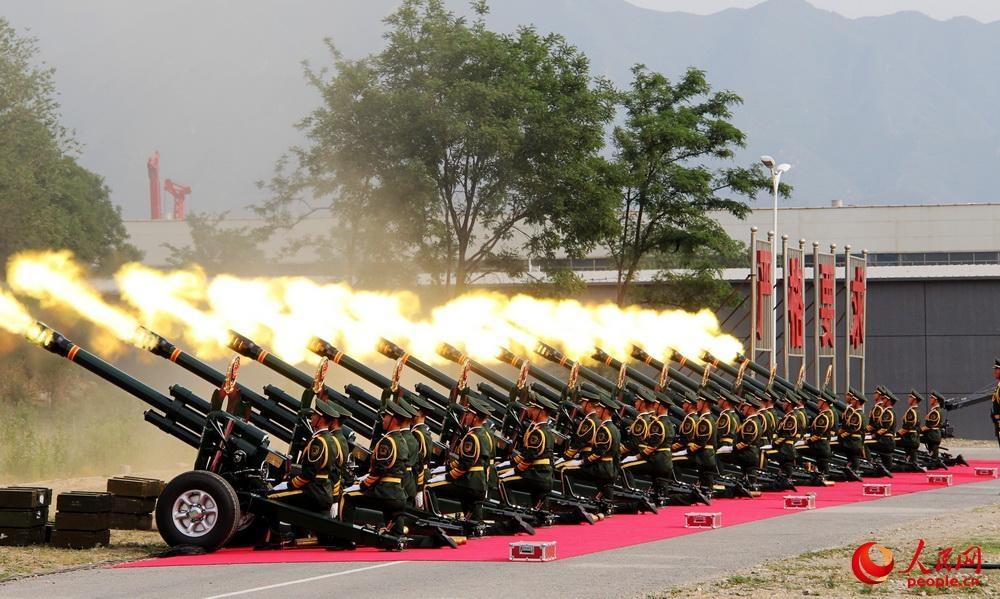 مدفع المراسم الجديد يستخدم في الاستعراض العسكري ليوم النصر