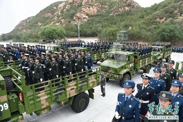 المجندات الصينيات في تدريبات الاستعراض العسكري