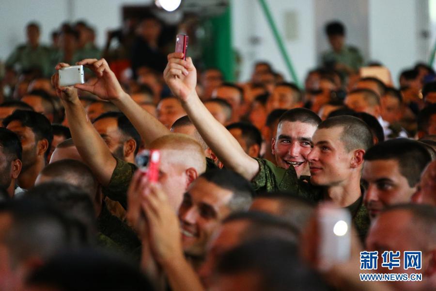 الجنود الأجانب يحضرون أنشطة التبادل مع الجنود الصينيون