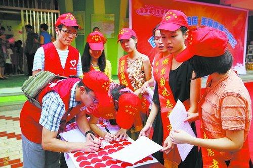 志愿者走进康晖社区开展重阳节慰问。(资料图)