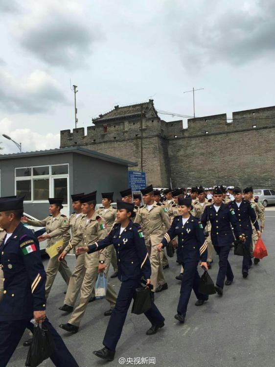 جنود أجانب يزورون جسر لوغوو