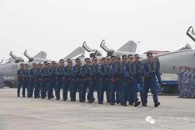 图为空警200H预警机、运-8警戒机、运-8技术侦察机组成的三机品字形编队。   海上巡逻机梯队,是海军航空兵的唯一受阅梯队。据了解,梯队长机、歼击轰炸机编队长机均由飞行时间超过3000小时的师团长担任,其余人员也都是技术尖子。