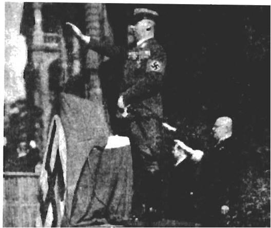 Нацисты необычайно активизировались в Шанхае. Это генеральный консул Германии в Шанхае, нацистский подполковник – Хелменн Крисбур во время нацисткой церемонии на встрече немцев Шанхая