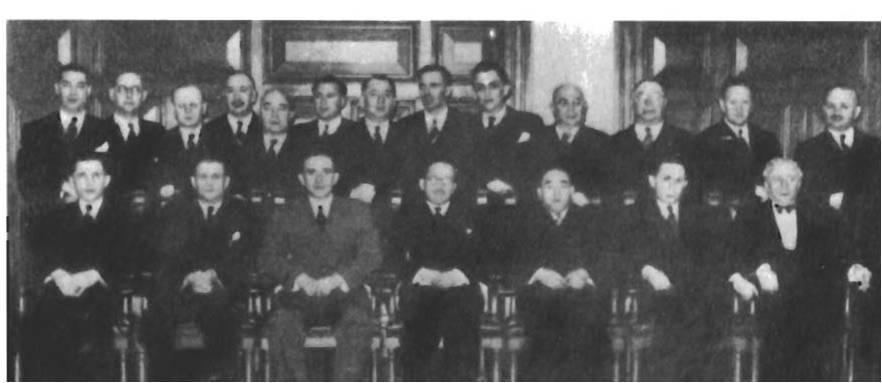 Ассоциация SACRA была создана 28 февраля 1943 года, чтобы заниматься вопросом так называемых «беженцев без гражданства», поступающих в изолированную зону Хункоу. На изображении групповое фото членов ассоциации.