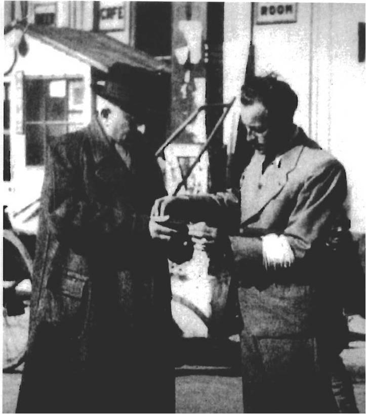 «Баоцзя», организованная администрацией японских оккупантов, еврейскую молодежь принуждали патрулировать изолированную зону. Еврейский «баоцзя» проверяет разрешение на выход и вход.