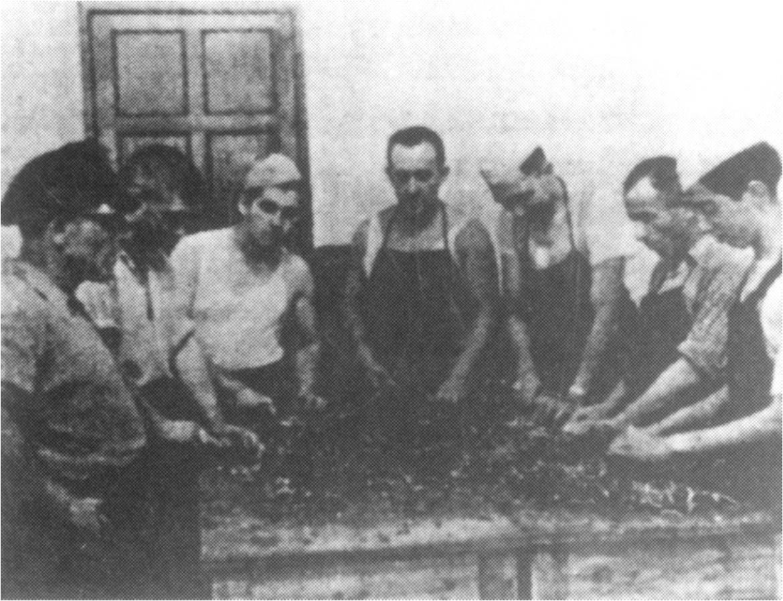Кухня приюта на ул. Хуадэ, еврейские беженцы готовят пищу.