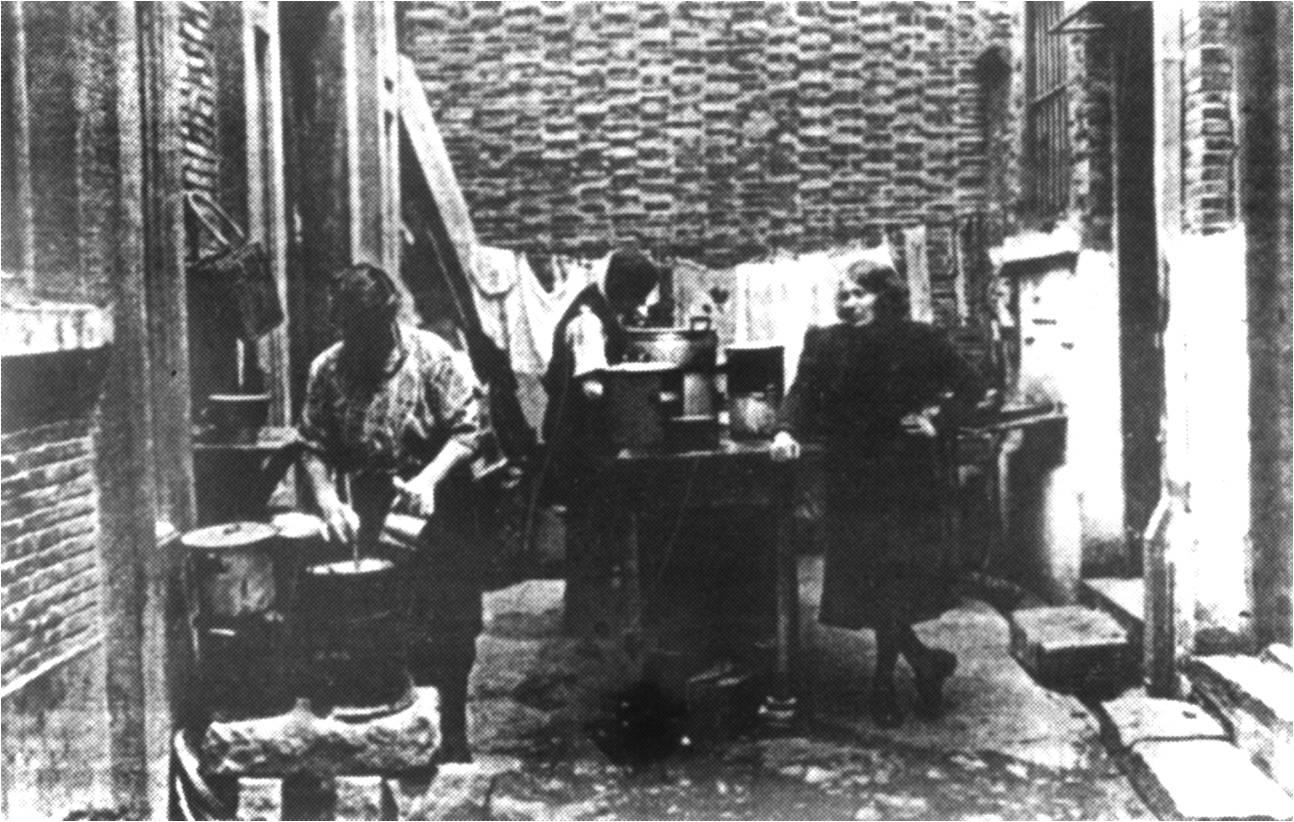 Беженцы готовят обед в тесном дворе Хункоу.