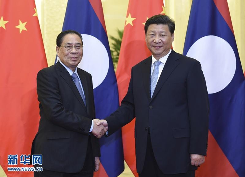 التقى الرئيس الصيني شي جين بينغ مع رئيس لاوس تشومالي ساياسوني