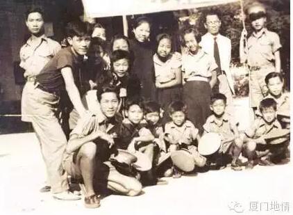 ▲邓颖超(后排右五)与厦门儿童救亡剧团成员合影