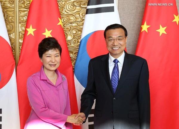 رئيس مجلس الدولة الصيني لي كه تشيانغ ورئيسة جمهورية كوريا بارك جيون هي