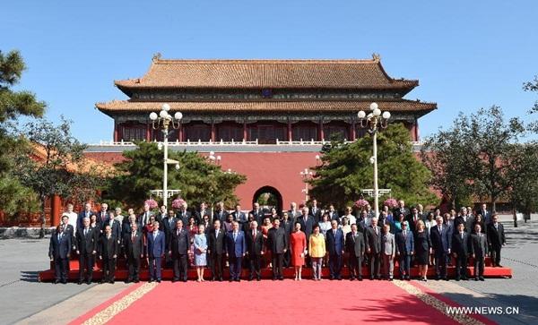 الرئيس الصيني يأخذ صورا جماعية مع الضيوف الأجانب قبيل الاستعراض العسكري