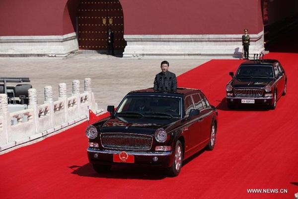 الرئيس الصيني شي جين بينغ يستعرض الجيش