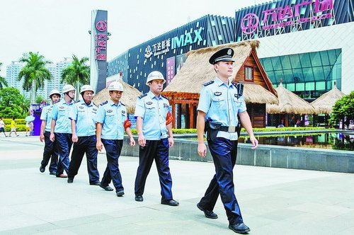 9月3日,金山派出所民警赵玺带领协警在湖里万达广场巡逻。