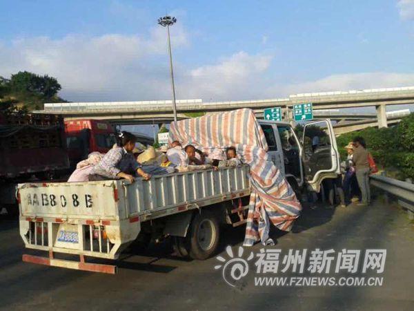 小货车后车厢载人上高速被拦下。