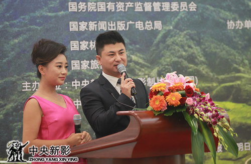 中央电视台主持人刘栋栋、中国农业电影电视中心节目主持人赵宇婷主持新闻发布会
