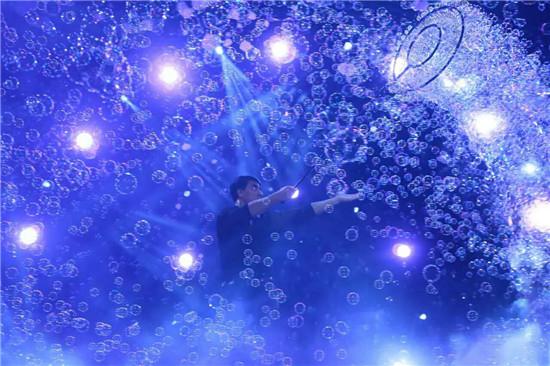 泡泡墙 2015年9月19日晚上的山东省会大剧院,声光层叠交错,泡泡满天飞舞,满场都是小朋友们的拍手声和惊呼声,百老汇顶级视觉秀《哇!泡泡》世界巡演中国济南站可谓完美落幕。 演出当晚,Fan Yang大师带来了很多自己的得意之作,比如梦幻的白色泡泡,震撼的长龙泡泡,甚至还有将观众罩入泡泡的视觉奇观,让济南的观众大饱眼福惊呼连连,其中一对在泡泡雨中幸运相拥的情侣更是被感动到热泪盈眶。 Fan Yang大师是来自百老汇的世界泡泡之父,一位获得过19项吉尼斯世界纪录的科学家、艺术家,表演足记遍布全世界,济南的