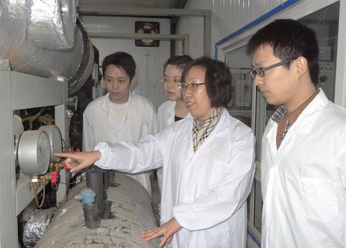 何雅玲与学生做实验