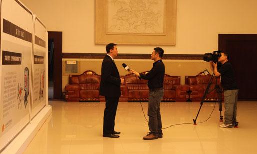 央视副总编辑程宏在论坛期间接受记者采访