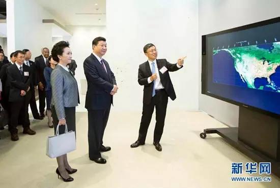 9月23日,国家主席习近平在西雅图附近的雷德蒙德市参观美国微软公司总部。这是习近平夫妇观摩大数据可视化系统展示。新华社记者 兰红光 摄 图片来源:新华网