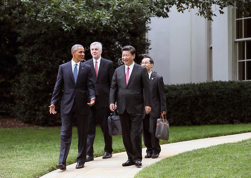 图为:2015年9月25日,习近平同奥巴马在白宫庭院里交谈.图片