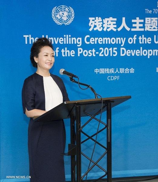 سيدة الصين الأولى تحضر حفل إزاحة الستار عن إصدار طوابع تذكارية للمعوقين الصينيين