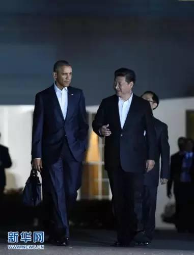 ▲9月24日,国家主席习近平在华盛顿出席美国总统奥巴马举行的私人晚宴。这是习近平和奥巴马从白宫步行前往举行晚宴的国宾馆。