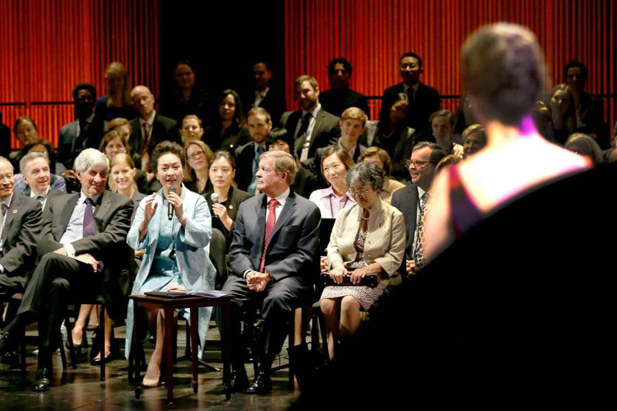 Chinese first lady Peng Liyuan introduces to US students the singing skills of Chinese folk songs at the Juilliard School located in the Lincoln Center for the Performing Arts in New York on September 28th, 2015. Peng Liyuan watched the students