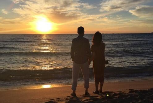 沙滩牵手看夕阳画面唯美