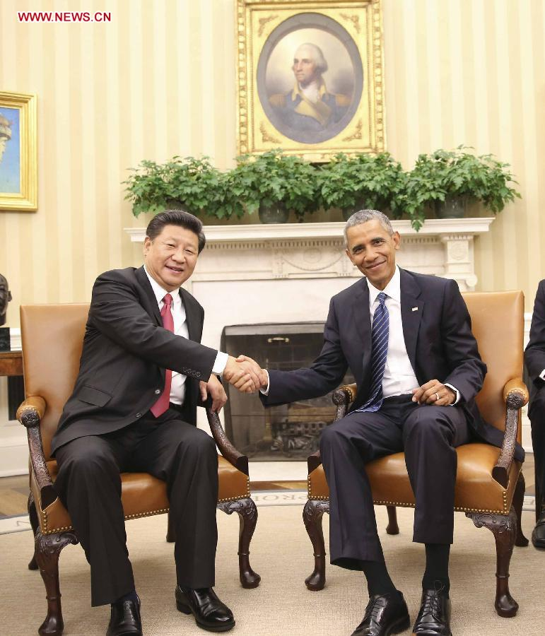 Chinese President Xi Jinping (L) holds a small-range talks with U.S. President Barack Obama at the White House in Washington D.C., the United States, Sept. 25, 2015. Xi arrived in Washington, the second stop of his state visit to the United States, on Thursday after a busy two-and-a-half-day stay in Seattle. (Xinhua/Lan Hongguang)