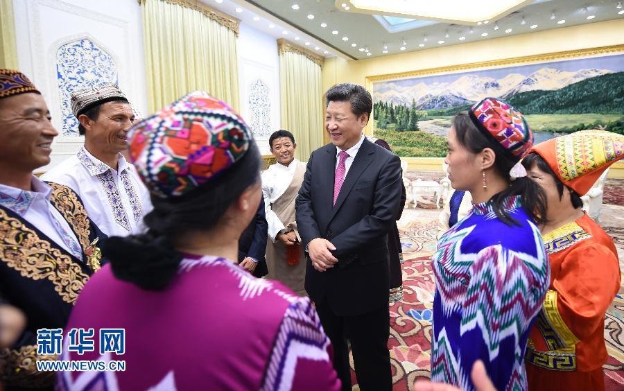 在中华人民共和国成立66周年之际,中共中央总书记、国家主席、中央军委主席习近平特别邀请来自内蒙古、广西、西藏、宁夏、新疆5个自治区的13名基层民族团结优秀代表到北京参加国庆活动。这是9月30日下午,习近平在人民大会堂亲切会见代表们。新华社记者 张铎 摄